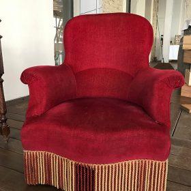 fauteuil-en-velour-rouge